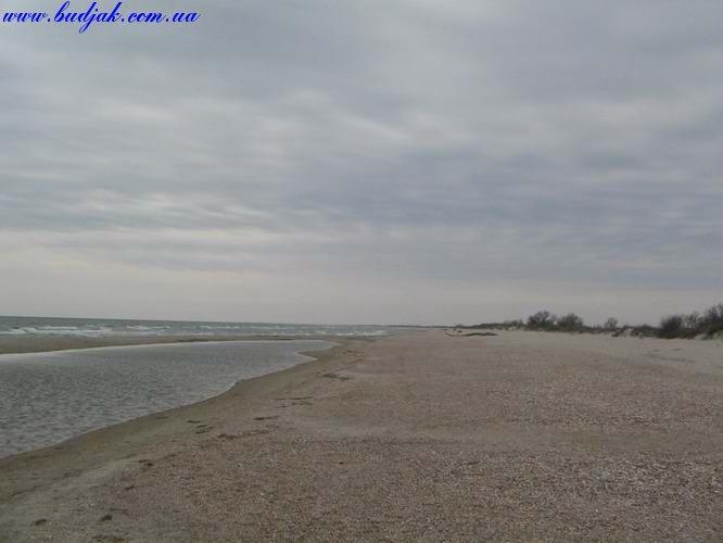 Пустынный берег курорта Катранка