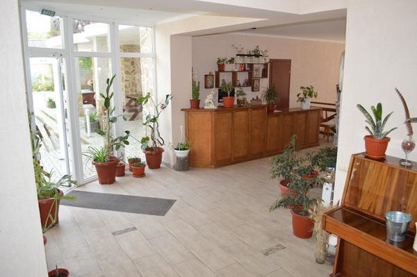 Внешний вид отеля «Парус» на курорте Лебедевка